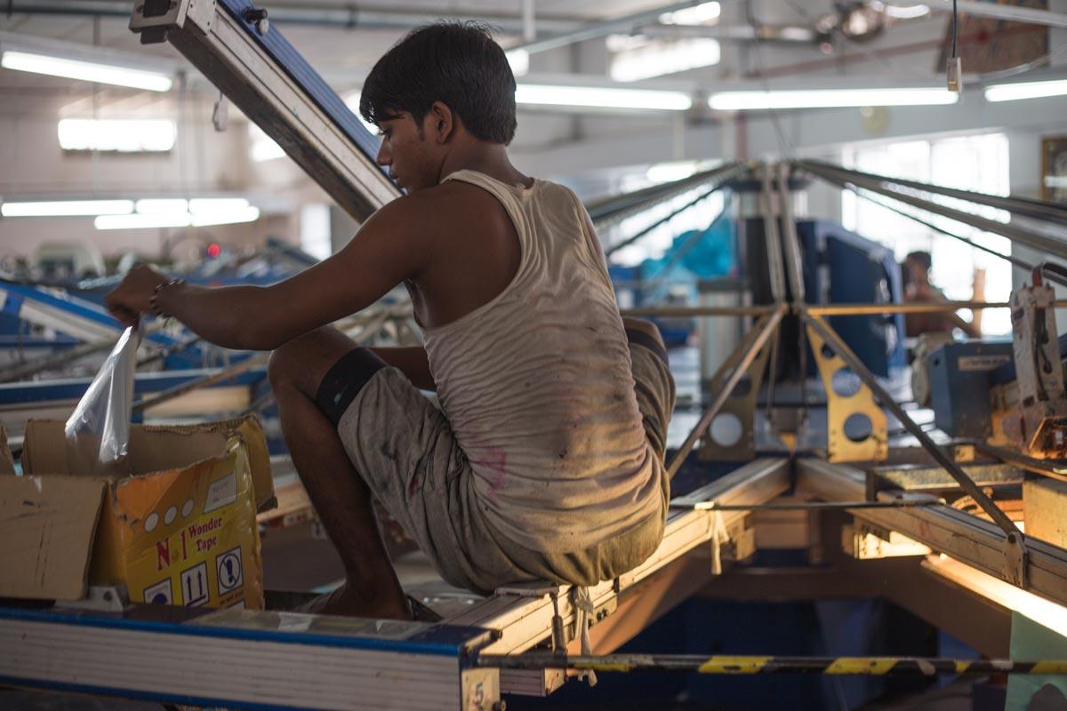 Junge-arbeitet-in-Fabrik-für-die-Modeindustrie